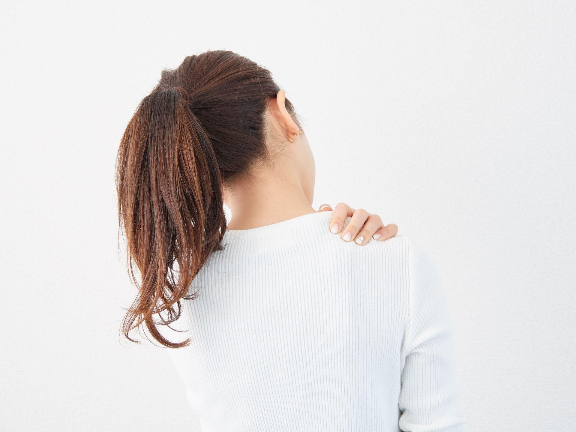 肩こりで悩む女性