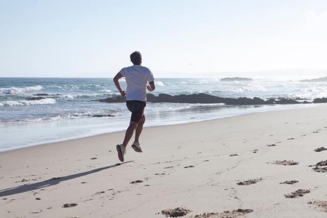 浜辺を走る男性