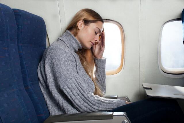 機内で眠る女性